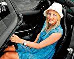 """""""网坛娇点""""莎拉波娃戴着她设计的腕表出席""""TAG Heuer Odyssey Of Pioneers""""Telsa电动车美国加州展览。(TAG Heuer提供)"""
