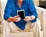 """麦克德格拉斯于电影《华尔街2:金钱永不眠》的造型,积家表""""Reverso""""系列担纲加分大任。(Jaeger-LeCoultre提供)"""