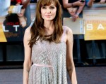 主演安吉丽娜·朱莉(AngelinaJolie)以一袭亮片裙俏丽现身。 (图/Getty Images)