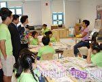 朱宝玲展示夏令营成果,邀市议员顾雅明及媒体参观。(摄影﹕史静/大纪元)