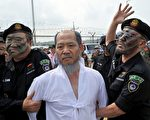 8月20日下午,剛剛訪問北韓歸來的韓國牧師韓相烈(白衣者)在越過板門店軍事分界線後立即被韓國警方逮捕,圖為韓國市民團體模仿韓尚烈被捕的街頭劇。(JUNG YEON-JE/AFP/Getty Images)