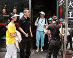 """2008年6月1日穿着印有中英文""""法轮大法好""""和""""真善忍""""的T恤衫的孙女士(左一)和黄女士(左三)及女儿被法拉盛""""十里香菜馆""""告知""""不服务法轮功""""并逐出门外。(摄影:Evan Mantyk/大纪元)"""