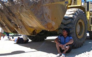 抗暴力強徵  廣西合浦村民躺掘土機輪底