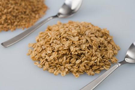 燕麦充满大量的可溶性纤维及蛋白质,可帮助强化受损的喉咙,(摄影:Getty Images)