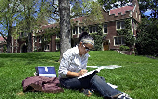 新生爭奪戰:美國大學兩陣營競相壓低學費