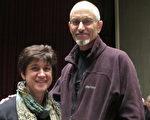 2010年10月16日晚,Susan Schwatz夫婦在西點軍校艾森豪威爾劇院(Eisenhower Hall Theatre)欣賞神韻晚會。(攝影:李思成/大紀元)