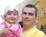 庫奇和他可愛的女兒 (圖片來源:明慧網)