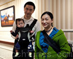 追尋文藝創新的華裔作家劉宇昆(左)、攝影畫家妻子鄧啟怡和他們的女兒(攝影:徐明 / 大紀元)