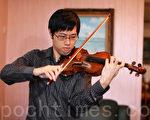 香港年青小提琴家鄭裕稱讚新唐人「全世界華人小提琴大賽」為華人音樂家提供經驗分享和交流平台,意義重大。(攝影:潘在殊/大紀元)