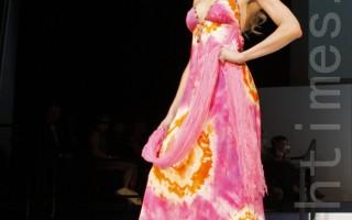 由密西根州设计师邦尼‧福利(Bonnie Foley)设计的克里斯蒂‧安拉鲁(Christiane LaRue)系列女装(摄影:尹婉 / 大纪元)