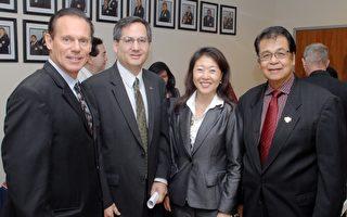 美国联邦住房与都市发展部助理部长川斯维纳(John Trasviña)(左二)出席本月稍早加州卡森市(City of Carson, CA)举办的社区防范止赎研讨会,左一为卡森市市长迪尔Jim Dear,左三韩国社区发展(KCCD)总裁兼首席执行官Hyepin Im。(图片来源: HUD公平住房办公室提供)