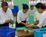 缅甸军政府怕投票率太低面子难堪,不只逼选民投票,更要投军政府一票。图为一投票站在数票。(图/HLA HLA HTAY/AFP/Getty Images)