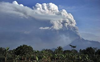 组图:印尼默拉皮火山持续喷发