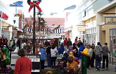 Tanger Outlet云集了大約80多個知名品牌商家。在感恩節和圣誕節購物高峰前夕,厂家也利用新開張的机會使出各种促銷方式吸引顧客消費。(攝影: 谢漫雪 / 大紀元)