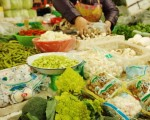 11月上旬,全國36個大中城市18種主要蔬菜平均批發價格每公斤3.9元。圖為北京一市場裡的菜攤。(AFP)