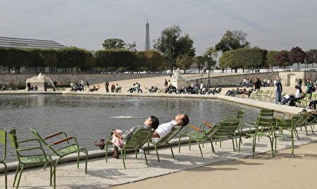 到戶外曬曬太陽,可提升自尊感。圖為巴黎杜樂麗花園(Tuileries gardens)。(JACQUES DEMARTHON/AFP/Getty Images)