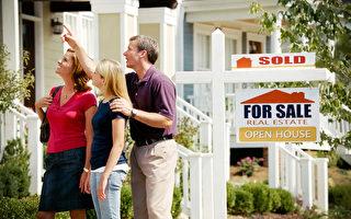 专家认为,买房子并住上几年,对屋主而言是很好的经济概念。 图为一对夫妇带孩子来看新房子。(Still Representation - Fotolia)