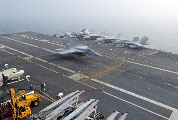 圖為2010年11月30在黃海舉行的美韓聯合軍演中現身的華盛頓號航母甲板上的一隅。(Stringer: PARK JI-HWAN / 2010 AFP)