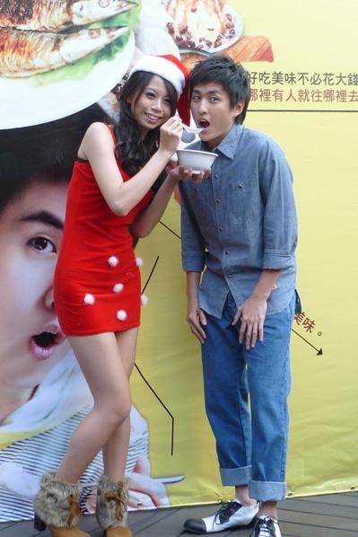 黃靖倫新書慶功 辣妹相伴吃湯圓