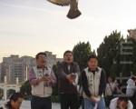台北市議員莊瑞雄等人20日帶了100隻鴿子,鴿子腳上綁著字條,分別寫著「兩 岸投資保障協議」、「食品安全保障協議」,以及「司法互助」,抗議台灣被中共 放鴿子,中共簽署協議後不認帳,甚至開完支票就跳票。(攝影: 林伯東 / 大紀元)