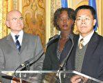滕彪律师 (右一)致词答谢。中为法国人权国务秘书雅德女士,左为法国国家人权谘询委员会秘书长Michel Forst(大纪元)