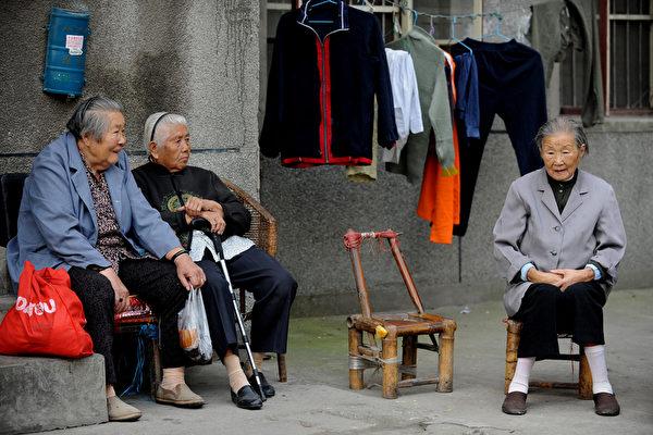 陆养老金个人账户空帐4.7万亿 有崩盘风险