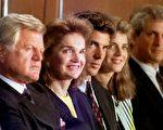 1992年5月28日,肯尼迪家族成员。左起:爱德华•肯尼迪、贾桂琳与儿子小约翰、女儿卡洛琳及卡洛琳的丈夫希洛斯贝加。(AFP PHOTO)