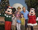 男星麥克道格拉斯(Michael Douglas)去年8月透露罹患喉癌後,以樂觀抗癌,目前腫瘤已消失。(圖為2010年11月24日麥克道格拉斯與妻子兒女到主題樂園出遊的照片。)(圖/Getty Images)