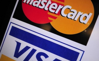信用卡标志,你和信用卡公司之间的合约上有许多保护用户的条文,可以帮助你购物时决定是付现金还是信用卡。(KAREN BLEIER/AFP/Getty Images)