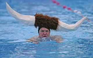 组图:伦敦冬泳赛 造型千奇百怪