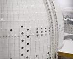 球型观光电梯以双轨的方式沿体育馆的外墙升至顶端。(法新社)