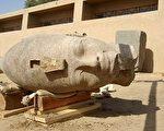 考古队挖掘出一尊由红色花岗石雕成的巨型阿孟霍特普三世(Amenhotep Ⅲ)头像。(AFP)