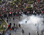2011年1月25日,埃及警方在开罗市中心以催泪瓦斯驱逐示威抗议者。(MOHAMMED ABED/AFP/Getty Images)