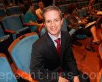 邁阿密的律師高邁資先生看了2月4日晚神韻藝術團在佛州勞德代爾堡市的演出。(攝影: 蕭財英 / 大紀元)