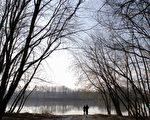 一對情侶站在馬里蘭州的波多馬克河岸﹐眺望對岸的維吉尼亞州。波多馬克河分隔了馬州和維州,但是兩地文化的溝壑似乎比這條河更寬。(圖片來源:MANDEL NGAN / 2005 AFP)