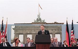 圖為 1987年6月12日,美國總統里根在西柏林勃蘭登堡門前發表講話,呼籲蘇聯領導人戈爾巴喬夫「推倒柏林牆」。(MIKE SARGENT/AFP/Getty Images)