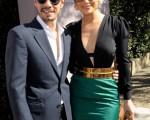 女星珍妮弗·洛佩兹(Jennifer Lopez)穿着深V裙装,金色的腰带配上金色手拿包,高贵又时尚。(左)老公马克·安东尼(Marc Anthony)也一起出席做公益。(图/Getty Images)