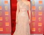《哈利波特》中飾演「赫敏」的女星艾瑪·沃特森 (Emma Watson)身穿裸色裙,在2011英國電影學院頒獎禮紅毯上亮相。(圖/Getty Images)