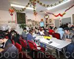 中華公所二樓大廳和會議室內坐滿了前來報稅的市民,在義工的幫助下仔細地填寫退稅表。(攝影︰蔡溶∕大紀元)