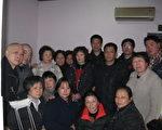 上海维权人士、访民们于2011年2月22日探望所外就医提前释放的毛恒凤后留影(访民提供)