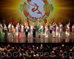 美國神韻巡迴藝術團演員們在奧地利與德國交界處的邊境城市佈雷根茨市第二場演出後,在觀眾熱烈的掌聲中走上舞台謝幕。(攝影:田宇/大紀元)