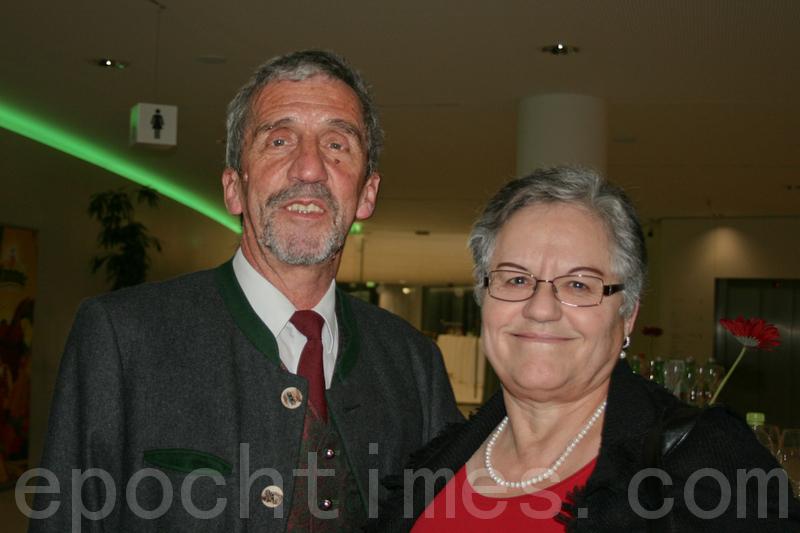 一家貿易公司老闆維納爾•孔哈特先生(Werner Kumhart),身穿奧地利傳統民族服裝和夫人一起來觀看美國神韻巡迴藝術團在奧地利布雷根茨3月5日的第二場演出。(攝影:黃芩/大紀元)