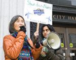 日裔作家风砂子(Fusako deAngelis)在集会上发言。右为组织今天活动的负责人密雪尔(Michelle Mascarenhas-Swan)。(摄影:马有志/大纪元)