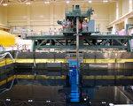 日本福岛第一核电厂三号反应炉,内部核能储存池的庐山真面目。本图摄于去年八月,电厂未受强震海啸袭击前。(摄影:JIJI PRESS/AFP/Getty Images)