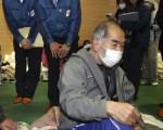 東電起出動總公司高級幹部,前往避難所向災民致歉。(AFP PHOTO / YOMIURI SHIMBUN)
