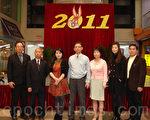 美國亞洲文化協會會長朱雁影 (左三) 和法拉盛購物中心經理張子陞 (中) 歡迎民眾踴躍參加亞裔傳統月暨母親節慶祝活動徵文比賽。(攝影:史靜/大紀元)
