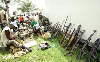 由聯合國和法國主導的就科特迪瓦前總統巴博下台一事進行的談判失敗後,支持前總理瓦塔拉的武裝6日上午對巴博在阿比讓的官邸發起「最後攻擊」。圖為聯合國部隊4月5日查獲從巴博支持者繳獲來的武器。(AFP)