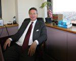 在纽约执业21年的彼得‧高顿(Peter Gorden)律师表示,控制护照是不合法的卑鄙手段,其他国家应该站起来向中共施加压力并帮助那些受害者。(摄影:蔡溶/大纪元)