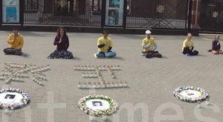 波蘭法輪功學員中使館前紀念「四•二五 」