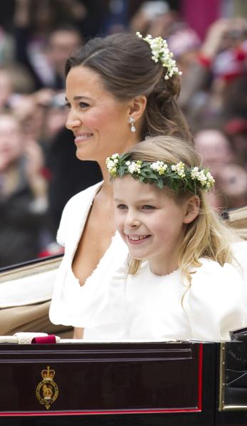 2011年4月29日,威廉王子的婚禮結束後,皮帕(後)和花童一起乘馬車前往白金漢宮(Peter Jordan - WPA Pool/Getty Images)